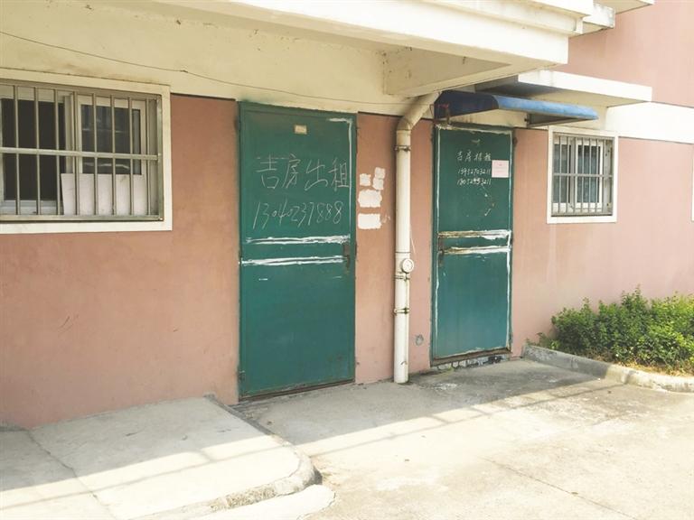 方女士家住市一中斜对面,家中一共有八间房屋用于出租给学生与家长.