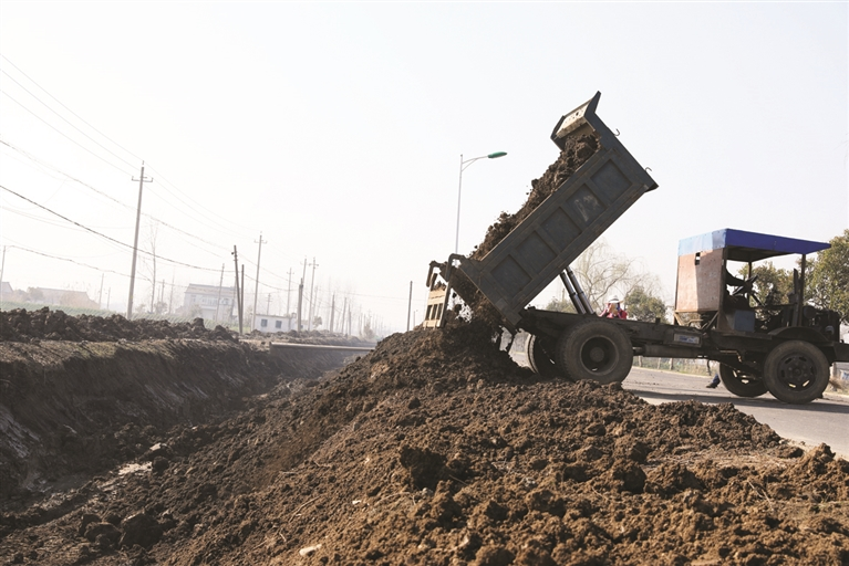 据现场施工负责人介绍,河道清淤后还将在两岸实施绿化工程,目前已完成